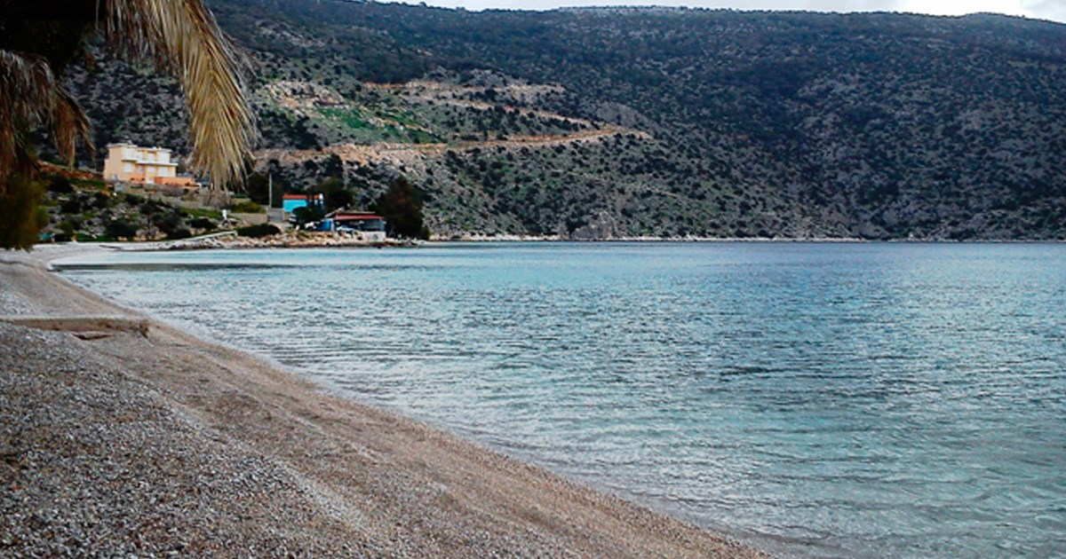 Απομακρύνεται η μαύρη άμμος από τη παραλία Σαράντι